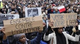 """11月10日,示威者在巴黎举行""""反对仇视伊斯兰教""""游行。"""