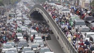 Lớp trung lưu gia tăng ở Việt Nam sau khi chấm dứt thời kỳ bao cấp. Ảnh: Xe cộ lưu thông ở Hà Nội, 30/03/2015.