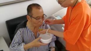 刘晓波和刘霞在病床旁2017年6月