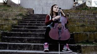 Violoncelista brasileira Dom La Nena