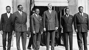 De G à D : Philippe Yace (président Assemblée ivoirienne), Hamani Diori, (Niger), Maurice Yameogo (Burkina Faso), Charles de Gaulle (France), Félix Houphouet-Boigny (Côte d'Ivoire), Hubert Maga (Bénin).