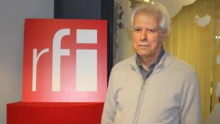 محسن یلفانی در استودیو بخش فارسی رادیو بینالمللی فرانسه