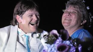 Cheryle Rudd e Kitty Lambert (direita) foram as primeiras a casar, em Niagara Falls, no Estado de Nova York.