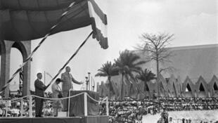 Le général Charles de Gaulle prononce un discours à Brazzaville, le 24 août 1958, où il admet la possibilité d'une accession à l'indépendance pour les pays africains.