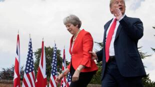 Tổng thống Mỹ Donald Trump và thủ tướng Anh Theresa May ra cuộc họp báo chung tại Aylesbury, Anh Quốc, ngày 13/07/2018.
