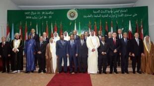 Concernant la Syrie, exclue de la Ligue arabe en 2011, les pays arabes refusent toujours le maintien au pouvoir de Bachar al-Assad, qu'ils perçoivent comme l'homme de l'Iran.
