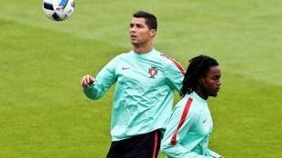 Cristiano Ronaldo (esquerda), avançado e capitão da Selecção Portuguesa, e Renato Sanches (direita), médio luso.