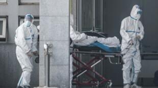 Du personnel médical fait entrer un malade du Covid-19 à l'hôpital de Jinyintan à Wuhan le 18 janvier 2020 (image d'illustration).