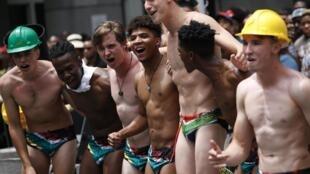 Des supporters des Springboks portent des slips de bain aux couleurs du drapeau sud-africain, le 7 novembre 2019 à Johannesburg, en Afrique du Sud.