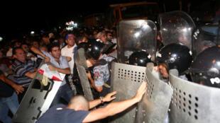 Столкновения между полицией и манифестантами, выступающими в поддержку группы вооруженных лиц, захвативших здание патрульно-постовой службы, Ереван, 20 июля 2016.