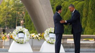 Barack Obama y Shinzo Abe en el Parque Memorial de la Paz de Hiroshima, este 27 de mayo de 2016.