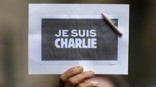 Une personne tenant une pancarte «Je suis Charlie», à Strasbourg, le 8 janvier 2015.