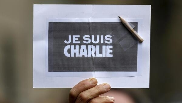 """2015年1月8日,在斯特拉斯堡举着"""" 我是查理""""标志的法国人。"""