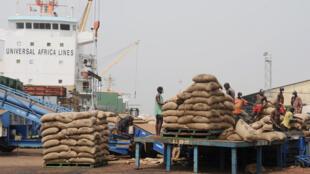 Un chargement en transit au port d'Abidjan.