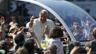 """O papa Francisco acena do """"papamóvel"""" para milaneses na praça do Duomo, no centro de Milão, em 25 de março de 2017."""