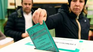 Les électeurs votent aux élections régionales d'Émilie-Romagne, à Ravenne, en Italie, le 26 janvier 2020.