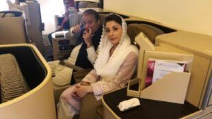 Cựu thủ tướng Pakistan Nawaz Sharif và con gái Maryam, trên máy bay từ Abu Dhabi trở về Lahore ngày 13/07/2018.