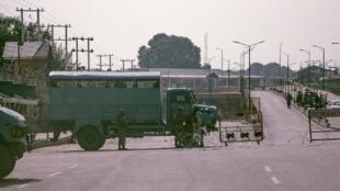 Un barrage militaire à Srinagar, une des deux capitales du Cachemire, le 12 août 2019. Le 13 août,  New Delhi annonce la réouverture de l'autoroute avec l'autre capitale, Jammu.