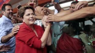 A presidente candidata Dilma Rousseff durante comício em Brasília.