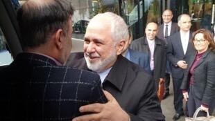 لحظه استقبال محمدجواد ظریف از مسعود سلیمانی در سوییس، که در آمریکا در بازداشت به سر میبرد.