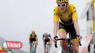 Geraint Thomas passe la ligne d'arrivée de la 17e étape du Tour de France 2018.