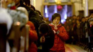 存档图片:中国北京的天主教徒Image d'archive: Des chrétiens chinois célèbrent Noël dans une église catholique de Pékin.