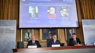Os vencedores do Prêmio Nobel de Física de 2019 sendo anunciados em Estocolmo.