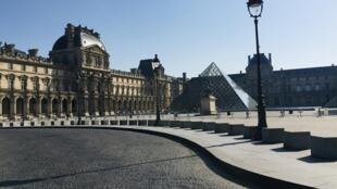 2020年3月19日,法国实施新冠病毒禁足令的第三天,平时游人如织的卢浮宫前,门可罗雀。