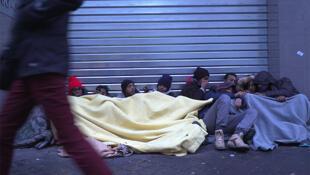 Migrantes en las calles del distrito 18 de París, 10 de enero de 2017.