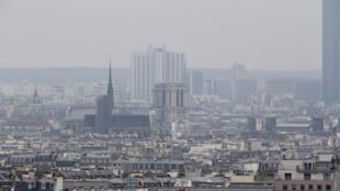 Paris dưới lớp mây bụi ô nhiễm ngày 17/03/2014.