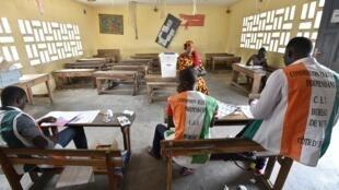 En 2016, un référendum sur la Constitution a été proposé aux Ivoiriens. Dans ce nouveau texte, on trouve notamment la création d'un poste de vice-président et la mise en place d'un Sénat.