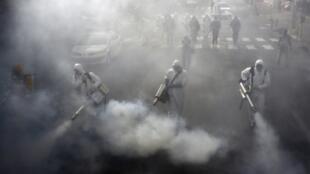 Desinfección de las calles de Teherán, el 13 de marzo de 2020.