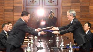 Các phái đoàn Hàn Quốc và Bắc Triều Tiên đàm phán về việc đoàn nghệ thuật Bình Nhưỡng đến tham dự Thế Vận Hội Pyeongchang, Bàn Môn Điếm ngày 15/01/2018.