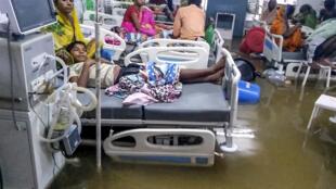 Les inondations sont telles dans la ville de Patna en Inde que l'hôpital a été inondé par une eau brune.