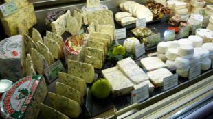 Uma loja de queijos em Paris.