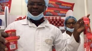 Dans la chocolaterie Cémoi à Abidjan : mini-tablettes et sticks de pâte à tartiner pour s'adapter aux petits budgets.