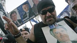Фанаты «Великой Сербии» могут принести партии националиста Шешеля (на портрете в центре) 10% голосов