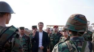 Image diffusée le 22 octobre 2019 par l'agence de presse officielle syrienne montrant le président Bachar el-Assad dans la province d'Idleb.