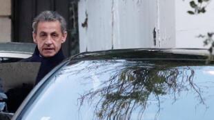 Nicolas Sarkozy, fotografado no dia 21 de março de 2018, saindo de sua casa.