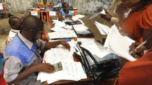 des agents électoraux de la Céni, en République démocratique du Congo, recompte les voies, lors de l'élection présidentielle de 2011.