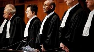 Le président de la Cour internationale de justice, Abdulqawi Ahmed Yusuf (c.), s'exprime lors de l'arrêt de la CIJ à La Haye, le 23 janvier 2020.
