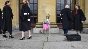 Des avocats avant une action contre la réforme des retraites devant le tribunal de Sarreguemines, dans le nord-est de la France, le 3 février 2020.