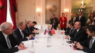 Le chef de la diplomatie turque Mevlüt Çavuşoğlu s'est entretenu avec son homologue russe Sergueï Lavrov en marge de la Conférence sur la sécurité de Munich, ce samedi 15 février.