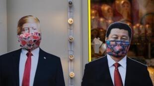 Des effigies de Donald Trump et Xi Jinping masqués dans une rue de Moscou, le 23 mars 2020.