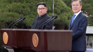 Ảnh minh họa : Cuộc họp báo của hai lãnh đạo Nam Bắc Triều Tiền, tổng thống Moon Jae In (P) và Kim Jong Un tại Bàn Môn Điếm, loan báo phi hạt nhân hóa bán đảo. Ảnh ngày 27/04/2018.