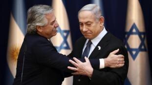 O presidente argentino Alberto Fernandez e o premiê israelense, Benjamin Netanyahu, durante as homenagens aos 75 anos da liberação do campo de Auschwitz