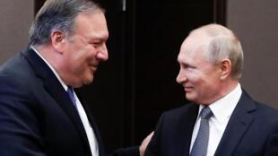 俄羅斯總統普京與美國國務親蓬佩奧舉行會談前握手寒暄。2019年