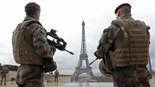 Militares franceses patrulham a torre Eiffel, em Paris.