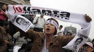 Partidarios del candidato Ollanta Humala celebran después de conocidos los primeros resultados a boca de urna que le muestran como ganador en el centro de Lima