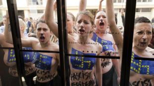 22 апреля Femen провели акцию против Нацфронта в Париже